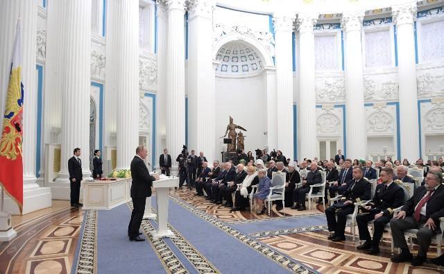 «Это не рядовая работа, которая привела к трагедии». Президент Путин вручил вдовам сотрудников, погибших под Северодвинском, ордена Мужества