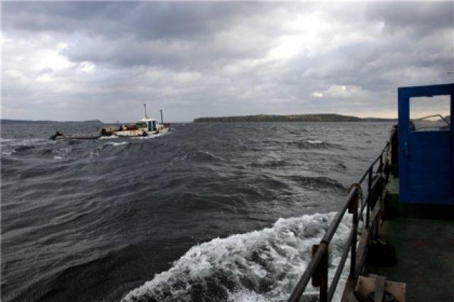 Троих взрослых и 2-х детей эвакуировали сзаглохшего вБелом море баркаса