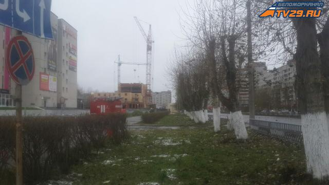 Вцентре Северодвинска настроительной площадке чуть неупал башенный кран