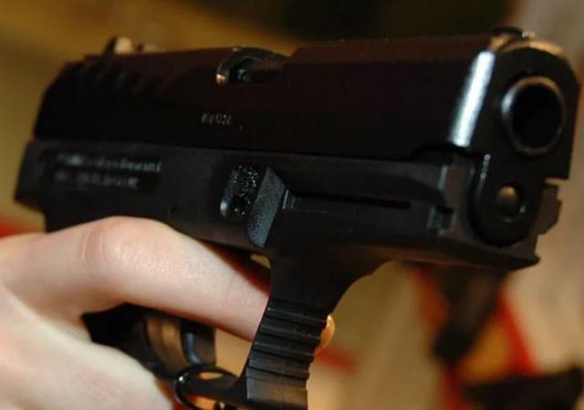 ВСеверодвинске двое избили мужчину иотобрали унего пистолет