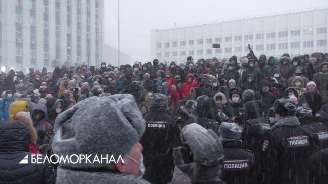 Акция в поддержку Навального в Архангельске: потасовка с полицией, «прогулка» и митинг на площади Профсоюзов